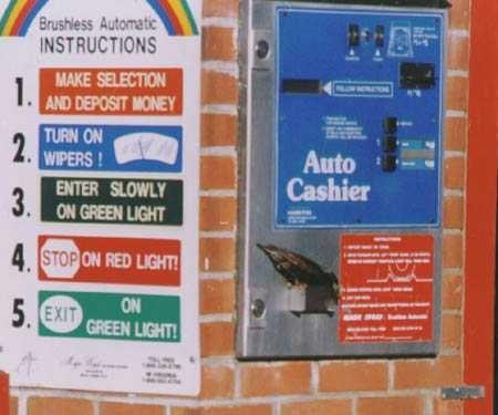 Птица ворует монеты из автомата