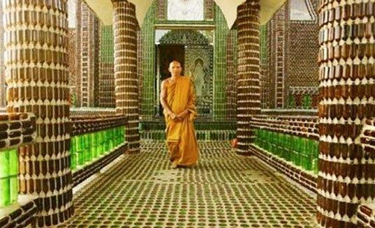 Храм из стеклянных бутылок