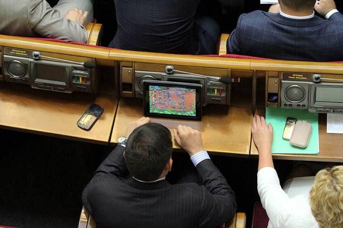 Чем занимается партия регионов в парламенте?