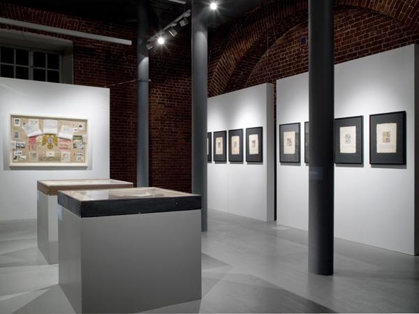 Первая персональная выставка, инсталляции театральной живописи