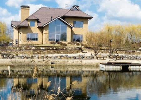 Фото домов у воды.